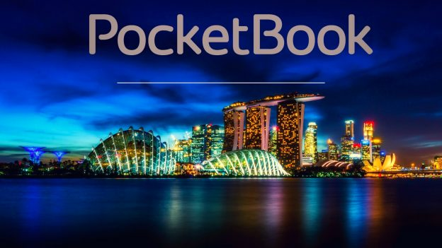 Na pierwszym planie napis PocketBok, w tle Singapur nocą