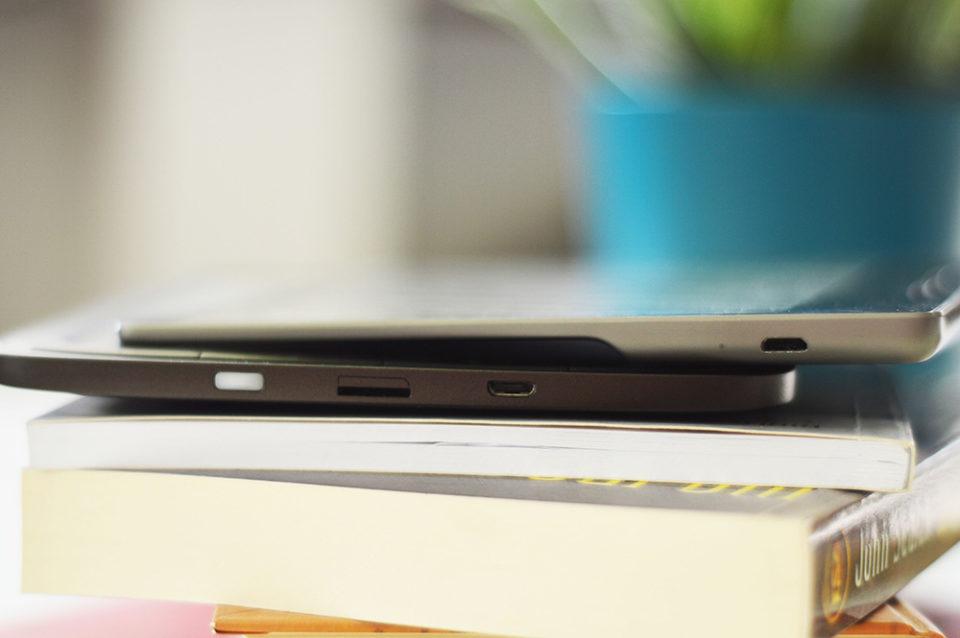 Porównanie Kindle Oass 2 i Pocketbooka Ink Pad 3 od boku