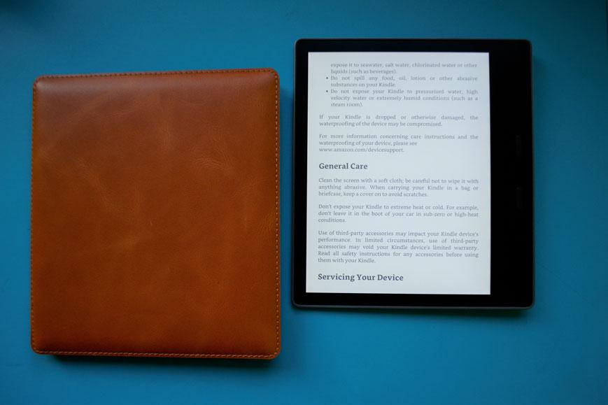 Kindle Oasis 3 ze z brązowym etui zabezpiecza ekran czytnika e-booków przed pęknięciem.