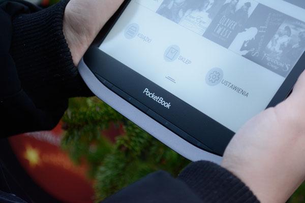 Czytnik e-booków PocketBook Inkpad X został wyposażony w trzy funkcjonalne przyciski fizyczne,
