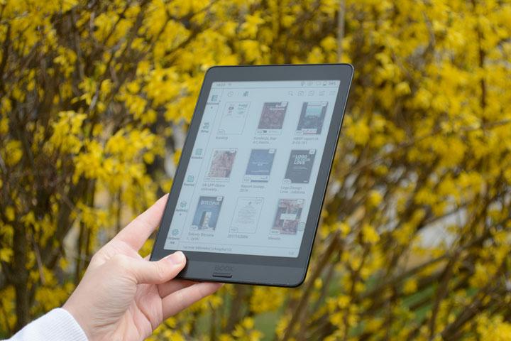 Onyx Boox NOva 3 Color minimalistyczny tablet e-ink wyświetlający kolory.