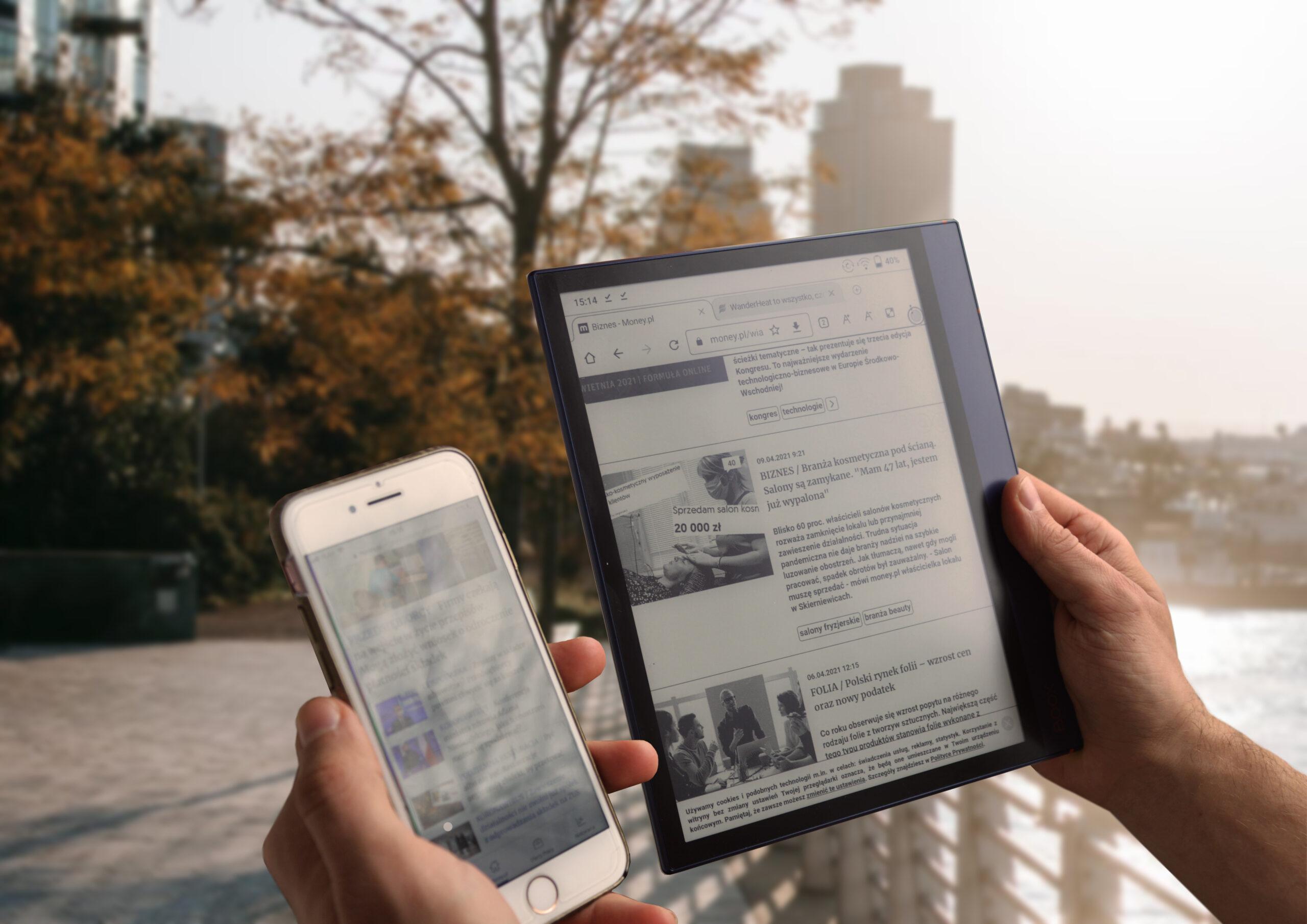 Ekran e-ink nie odbija mocnego światła pozwalając na lekturę w pełnym słońcu